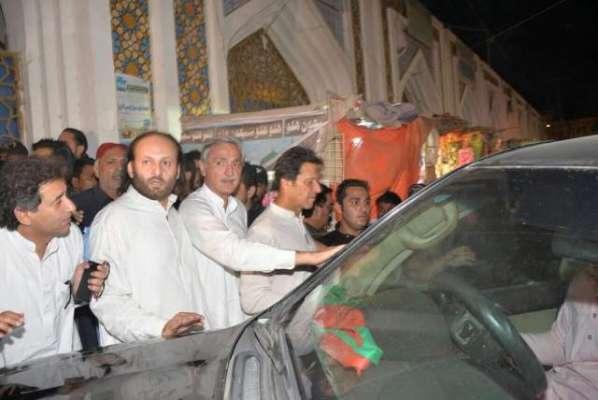 عمران خان کو پولیس نے لعل شہبازقلندرمزارپرحاضری سے روک دیا، عمران ..
