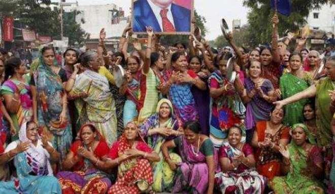 خواتین کا انوکھا احتجاج ،حقوق نے ملے تو وزیراعلی کی تصویر سے شادی کر ..