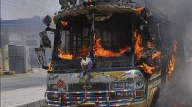 سیالکوٹ میں بس نے طالبعلم کچل دیا ،مشتعل طلباء نے بس کو آگ لگا دی