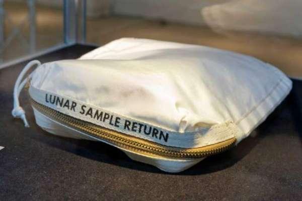چند سو ڈالروں میں خریدا گیا چاند کی ریت کا بیگ 50 لاکھ ڈالر  تک میں فروخت ..