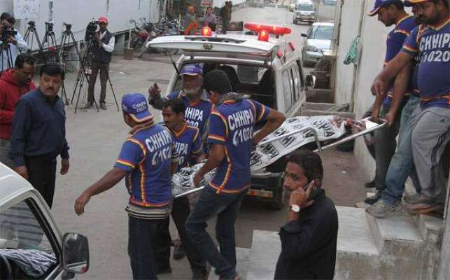 کراچی میں تیز رفتار کار اور وین میں تصادم'ایک شخص جاں بحق ' خواتین ..