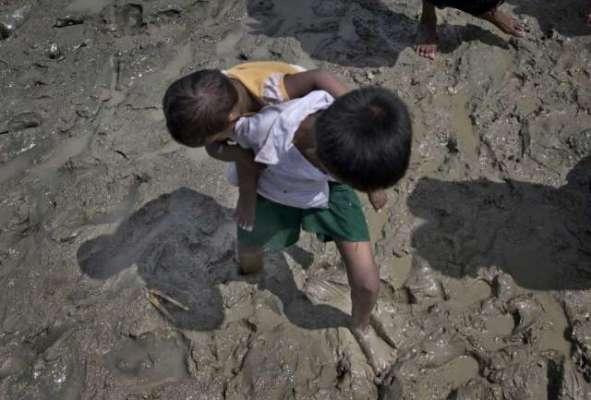 سات سالہ روہنگیا بچہ بہن کو اٹھائے ہوئے بنگلہ دیش کی جانب ہجرت کر رہا ..