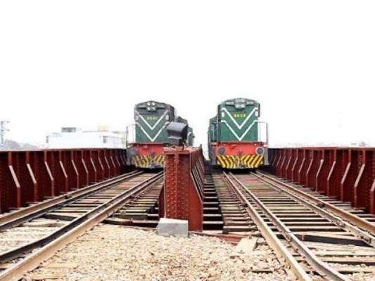 فیصل آباد میں نوجوان ریلوے ٹریک پر سیلفی لینے کی کوشش میں ٹانگوں سے ..