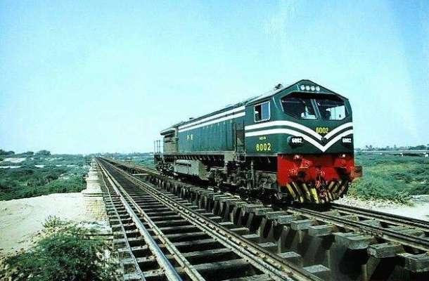 کراچی سے پشاور جانے والی مسافر ٹرین کا انجن پٹری سے اتر گیا ،ْ