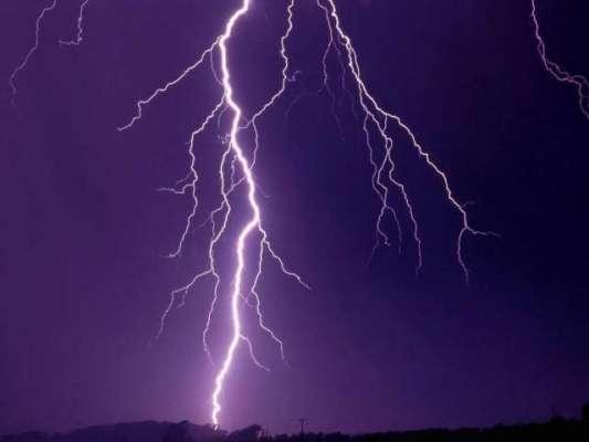 برطانیہ میں چار گھنٹے کے دوران تقریباً 15 ہزار آسمانی بجلیاں چمکنے ..