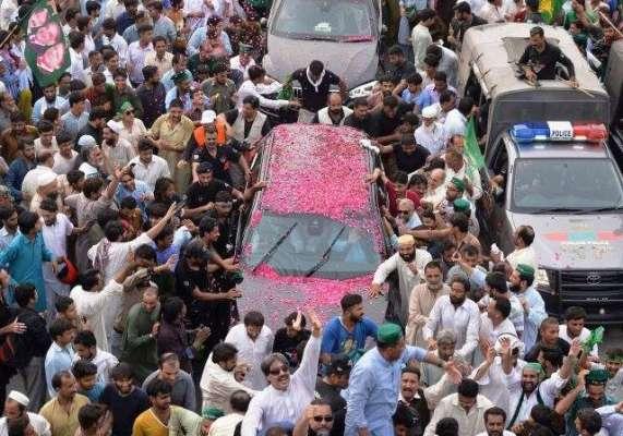 نواز شریف کی ریلی میں 11 سالہ بچے کو ممکنہ طور پر وزیراعظم ہاوس کی گاڑی ..
