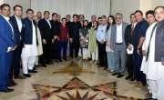 صحافیوں کے سخت سوالات کے سامنا،عمران خان کے نرم روئیے نے ناقدین کو ..