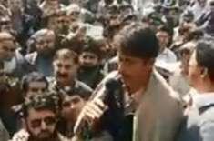 مردان کی عاصمہ کے لواحقین نے بچی کے قتل پر سیاست کرنے والوں کو منہ توڑ ..