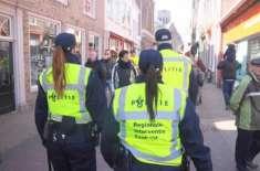 """ہالینڈ کی """"فیشن پولیس"""" اب بازار میں ہی لوگوں کے کپڑے اتروا کر ضبط کرے .."""