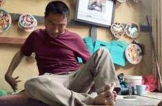 بھوٹان کا دماغی فالج کا شکار فنکار  اپنے پاؤں سے شاہکار تخلیق کرتا ہے