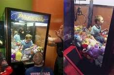 مجھے کھلونا دو: لڑکا کھلونا نکالتے ہوئے  وینڈنگ مشین میں پھنس گیا