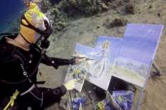 TALENTED ARTIST CREATES UNIQUE PAINTINGS WHILST DIVING IN THE OCEAN