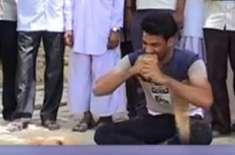 بھارتی لڑکا اپنے دانتوں سے ایک منٹ میں 6  ناریل چھیل سکتا ہے
