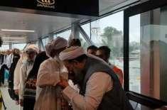 وفاقی وزیر برائے مذہبی اُمور کا ہاتھ چوم کر پشاور ائیرپورٹ پر حجاج ..