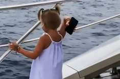 4 سالہ بچی نے   فون کے زیادہ استعمال پر باپ کا فون چھین کر سمندر میں پھینک ..