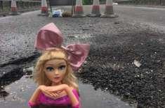 ایک شخص کا سڑک کے گڑھوں پر باربی ڈولز کی مدد سے انوکھا احتجاج