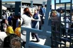 ڈی ایچ اے متاثرین کا اتھارٹی دفتر کے باہر احتجاج، سکیورٹی اہلکار گلو ..
