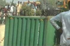 جیل روڈ پر کاسمیٹکس سے بھرا ٹرک اُلٹ گیا ، لوگ سامان لُوٹ کر لے گئے