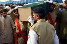 مقامی لوگوں کا سانحہ مستونگ میں شہید ہونے والے خانہ بدوشوں کو قبرستان ..