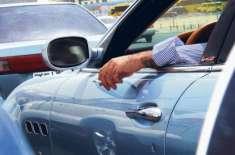 ابوظہبی: چلتی گاڑی سے کچرا سڑک پر پھینکنے والے ڈرائیور اپنی عادت بدل ..