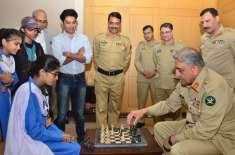 آرمی چیف کی سرکاری سکول کے بچوں کے ساتھ شطرنج کھیلنے کی تصویر سوشل میڈیا ..