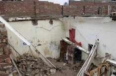 کراچی، مکان کی چھت گرنے سے باپ اور بیٹی سمیت 3 افراد جاں بحق ہوگئے،
