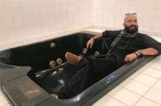 اینکر وجاہت سعید خان کی وزیراعظم ہاؤس کے باتھ روم کے ٹب میں لی گئی تصویر، ..