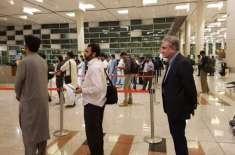 یہ ہے نیا پاکستان، وزیر خارجہ عام شہریوں کی طرح ائیر پورٹ پرقطار میں ..
