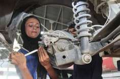 ملتان کی عظمیٰ نواز نے پاکستان کی پہلی خاتون مکینک ہونے کا اعزاز حاصل ..