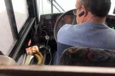 ڈرائیونگ کے دوران ٹی وی دیکھنے والے ڈرائیور کو مسافر نے دیکھ لیا۔ ڈرائیور ..