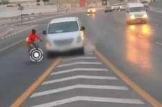 شارجہ : تیز رفتار کار نے سائیکل سوار کو ٹکر مار دی