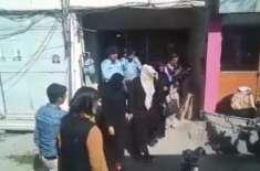 پولیس کو دھمکانے والی خاتون آج میڈیا کے سامنے بھیگی بلی بن گئی