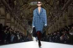 پیرس فیشن ویک ، ماڈلز نے ملبوسات کی نمائش کی