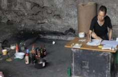 چین میں پل کے نیچے دس سال سے رہنے والا شخص  لاٹری کوڈ کو حل کرنے میں  ..