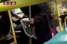 بوڑھے مسافر کو گندے جوتوں کے ساتھ بس میں سوار نہ کرنے پر بس ڈرائیور ..