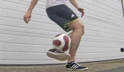 اٹلی ،ْدرجنوں کھلاڑیوں کا فٹ بال کے ذریعے فری اسٹائل کرتب کا شانداز ..