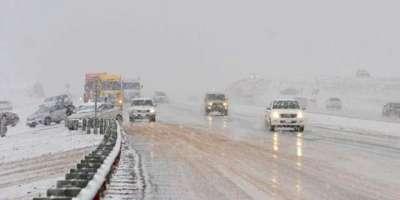 سعودی عرب کے علاقے العسیر میں برف باری، پہاڑوں نے سفید چادر اوڑھ لی