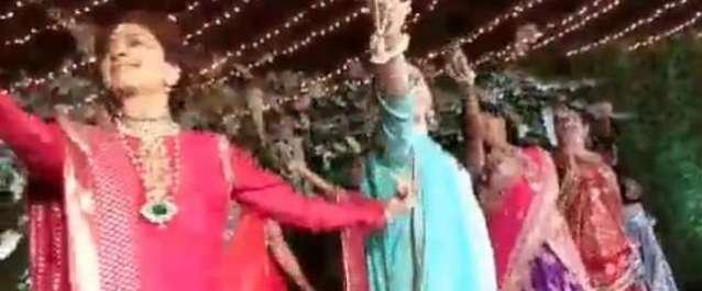 جوہی چاولہ کے ''ڈھول باجے'' پر ڈانس کی وڈیو نے انٹرنیٹ پر دھوم مچا ..