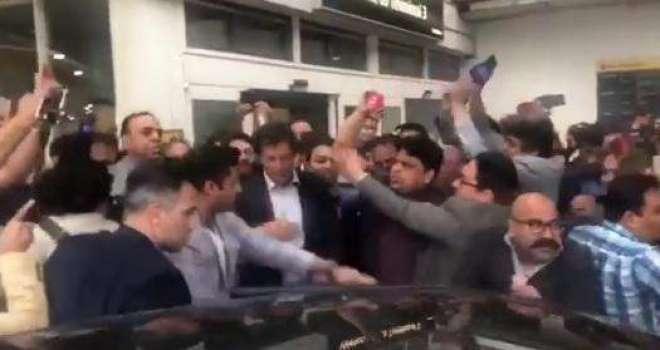 عمران خان کے قریبی ساتھی زلفی بخاری نے عمران خان کی موجودگی میں  صحافی ..