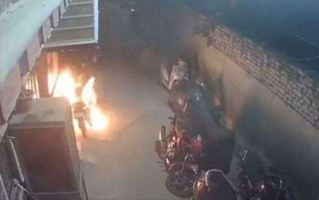 بھارتی نوجوانوں نے دیوالی کے موقع پر 18 موٹر سائیکلوں کو آگ لگا دی