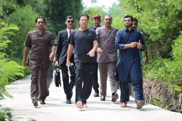 نئے وزیراعظم کا نیا انداز! وزیر اعظم عمران خان چھٹی کے روز اپنے دفتر ..