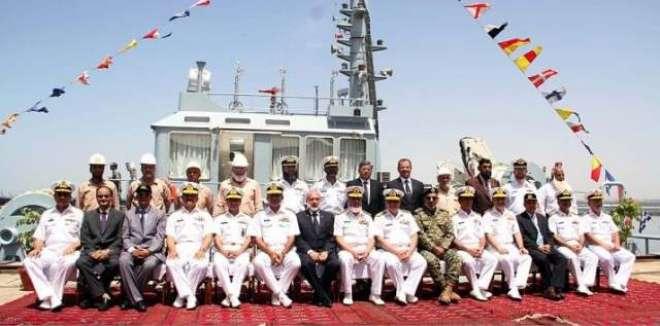 کراچی شپ یارڈ میں پاک بحریہ کیلئے تعمیر کیا جانے والا 32 ٹن بولارڈ پل ..