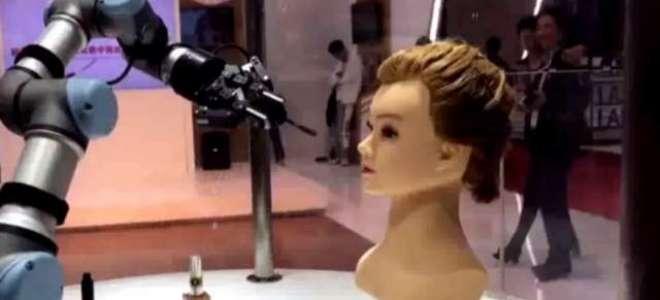 اب روبوٹ  خواتین کا میک اپ بھی کر سکتے ہیں۔ چینی ایکسپو میں میک اپ کرنے ..