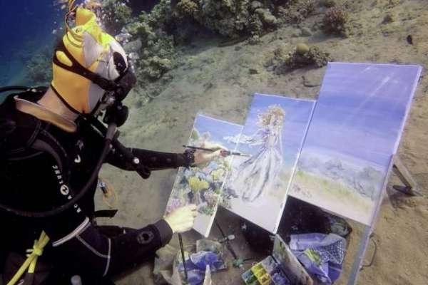 ذہین مصور ہ نے سمندر میں غوطہ خوری کے دوران منفرد فن پارے تخلیق کر لیے