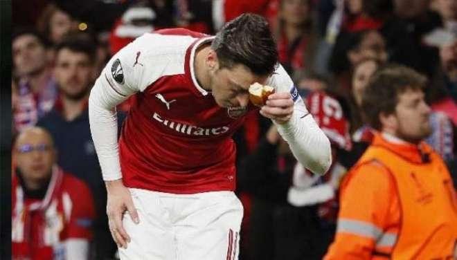 مسلم فٹبالر کا گراﺅنڈ میں پڑے ڈبل روٹی کے ٹکڑے کو چومنے کا اقدام سراہا ..