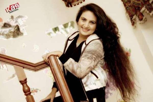 اداکارہ عینی طاہرہ نے  بیسٹ سنگر کا ایوارڈ اپنے نام کرلیا