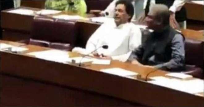 عمران خان سمیت کئی اراکین ایوان میں تسبیح پڑھتے رہے