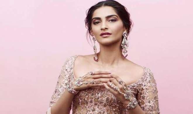 سونم کپورکو منگل سوتر ہاتھ میں پہننا مہنگا پڑ گیا'کڑی تنقید کا سامنا