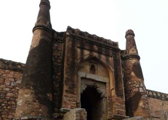 ہندو انتہا پسندوں کی دورسلاطین کی تاریخی کھڑکی مسجد پر قبضے کی کوشش
