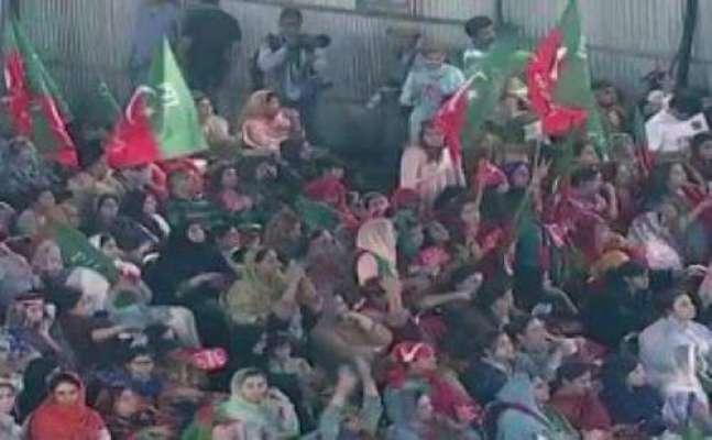 مینار پاکستان جلسہ میں  ڈاکومینٹری دیکھتے ہوئے کئی خواتین اپنے جذبات ..